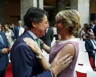 Ignacio González y Esperanza Aguirre se abrazan en la toma de posesión de Cristina Cifuentes, en mayo de 2015.