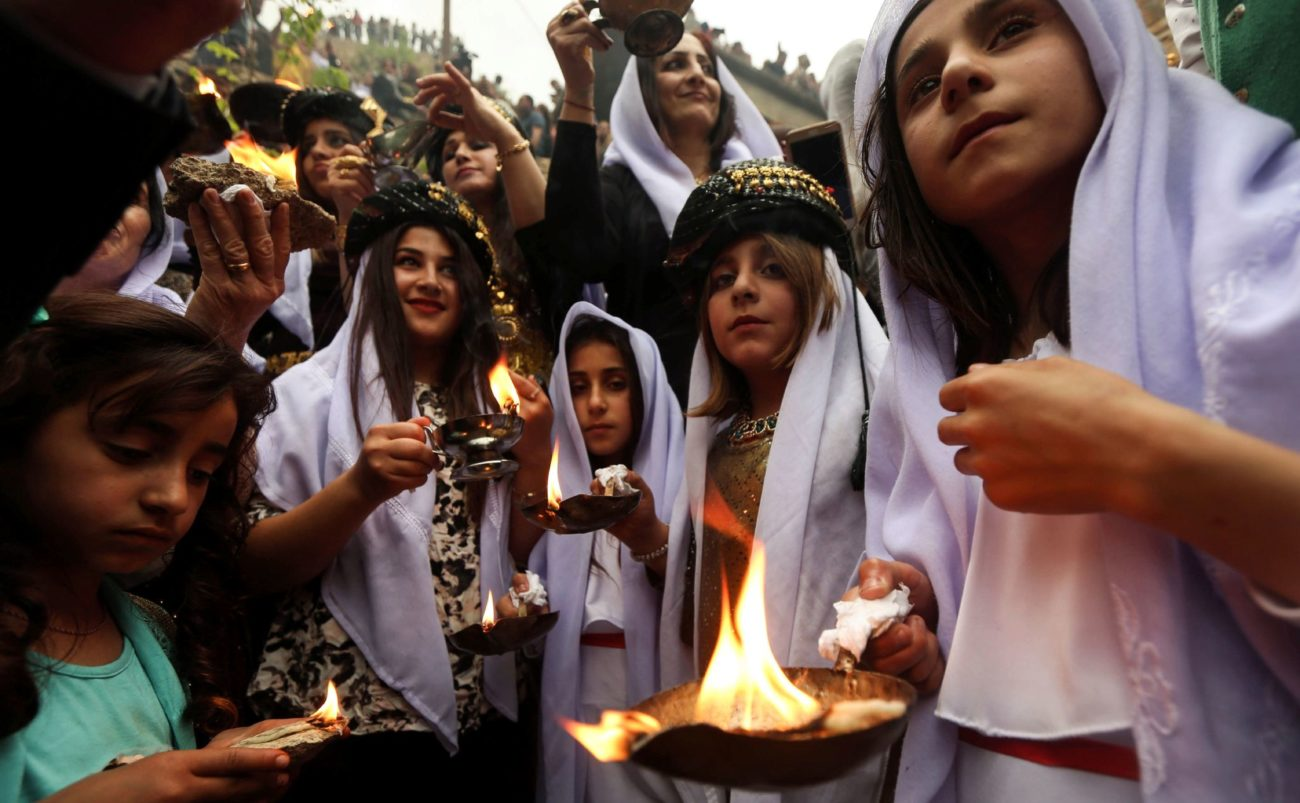 Jóvenes iraquíes encendieron velas y antorchas de parafina fuera del...