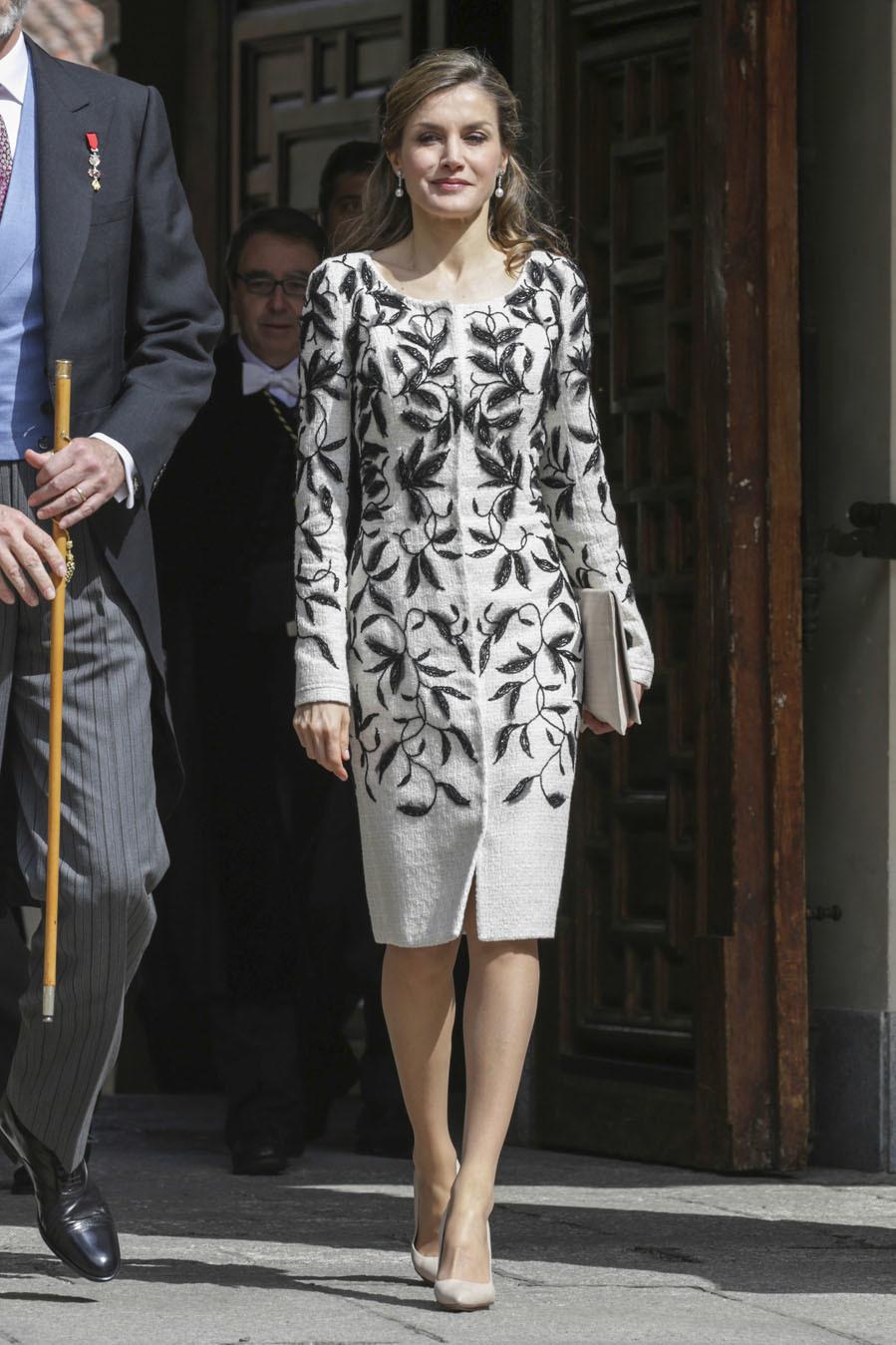 El vestido está confeccionado en tweed blanco y tiene flores...