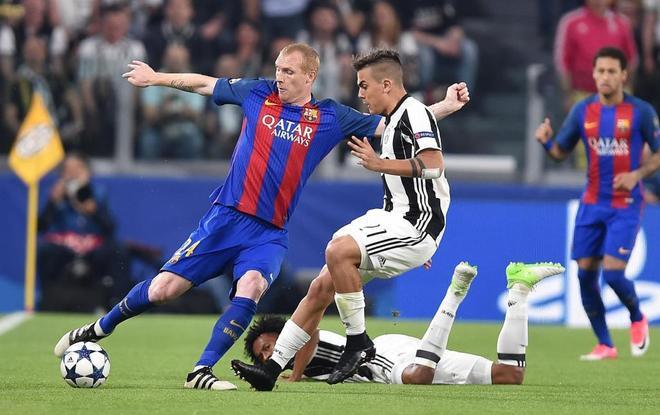 Mathieu disputa un balón a Dybala, con Cuadrado en el suelo, durante el duelo con la Juve.