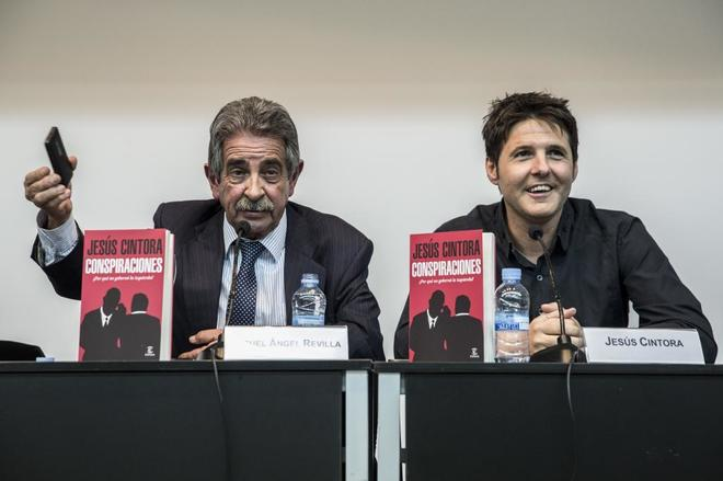 Jesús Cintora junto al presidente de Cantabria, Migel Ángel Revilla,...