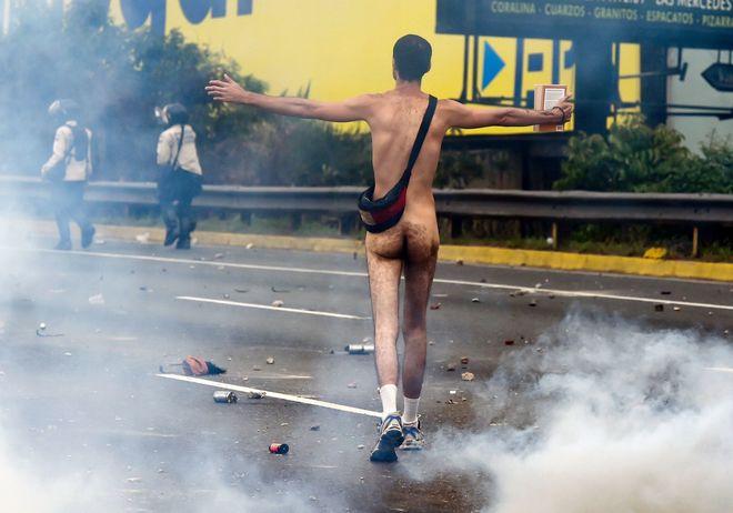 Un manifestante, desnudo ante los antidisturbios.