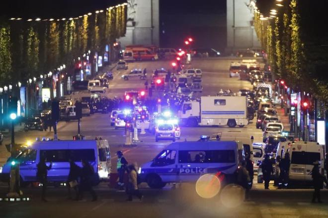 Oficiales de la Policía francesa custodian la zona del tiroteo en París.