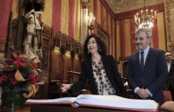 Yasmina Reza junto al concejal de Cultura de Barcelona, Jaume Collboni, ayer en el pregón de Sant Jordi, en el Ayuntamiento de Barcelona