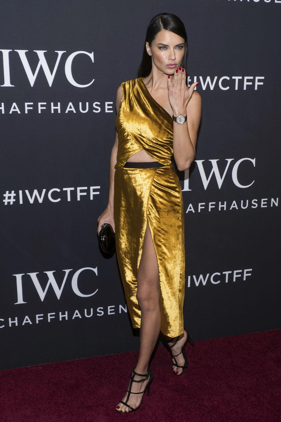 La modelo fue la más arriesgada de la noche, con un vestido dorado...