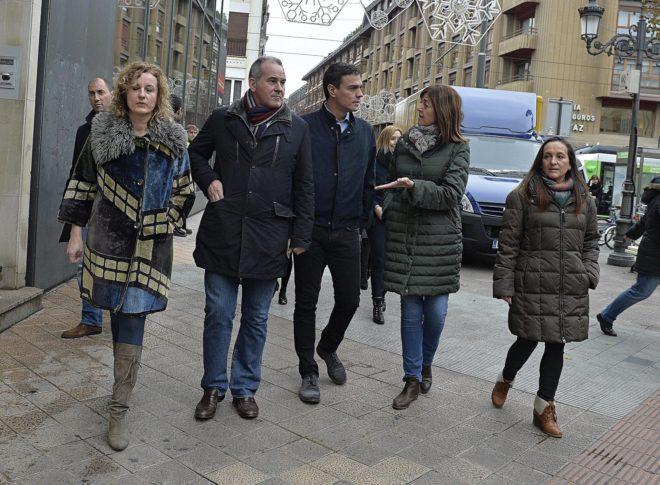 Pedro Sánchez escucha a Idoia Mendia en una visita a Vitoria acompañado por Cristina González, Javier Lasarte y Julia Liberal.