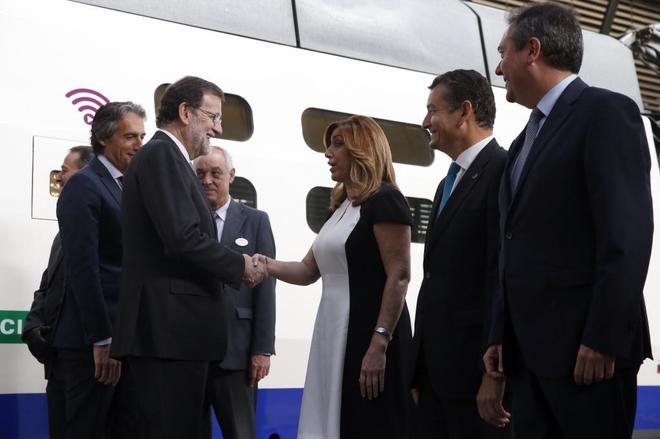 Mariano Rajoy, junto al ministro de Fomento, Iñigo de la Serna,...