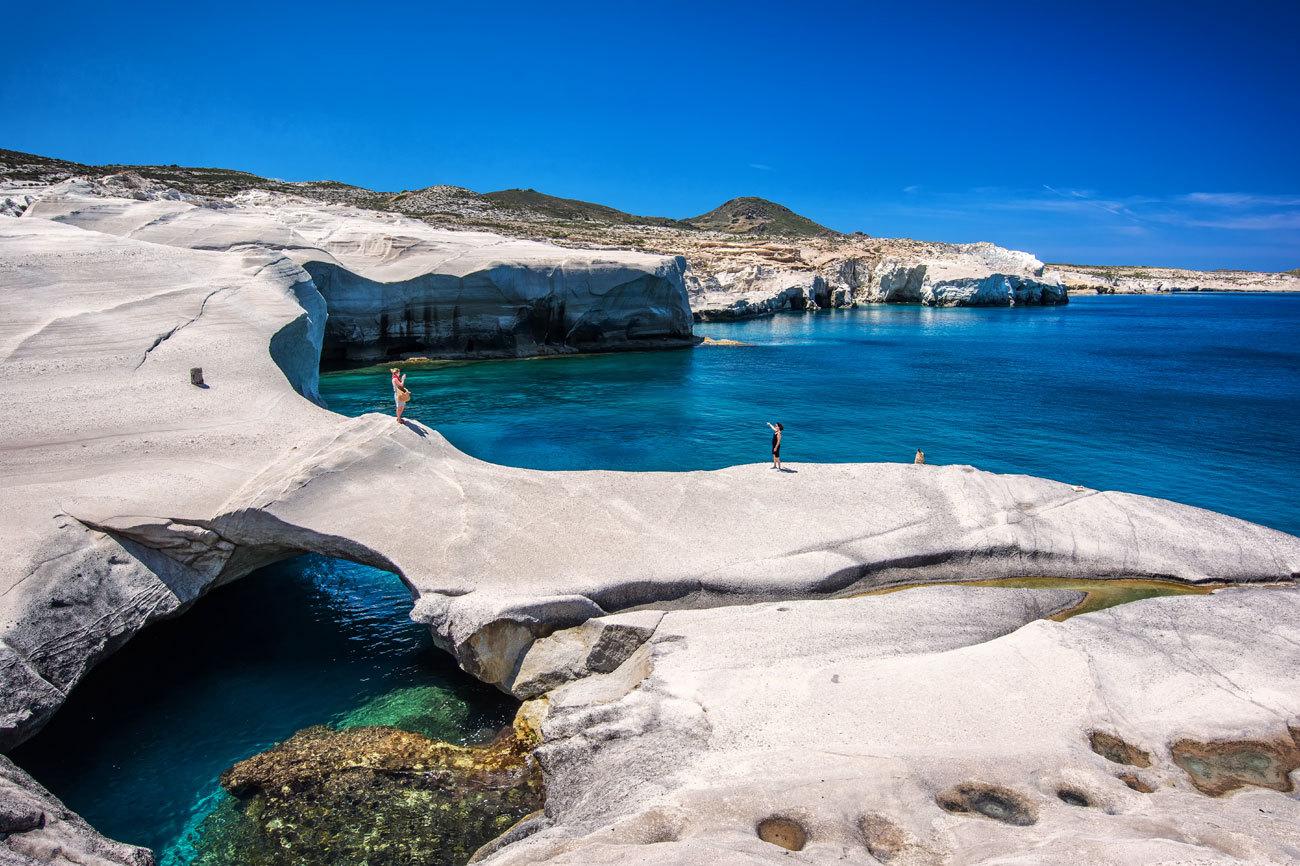 En la costa norte del mar Egeo, Milo no es tan  frecuentada por los...