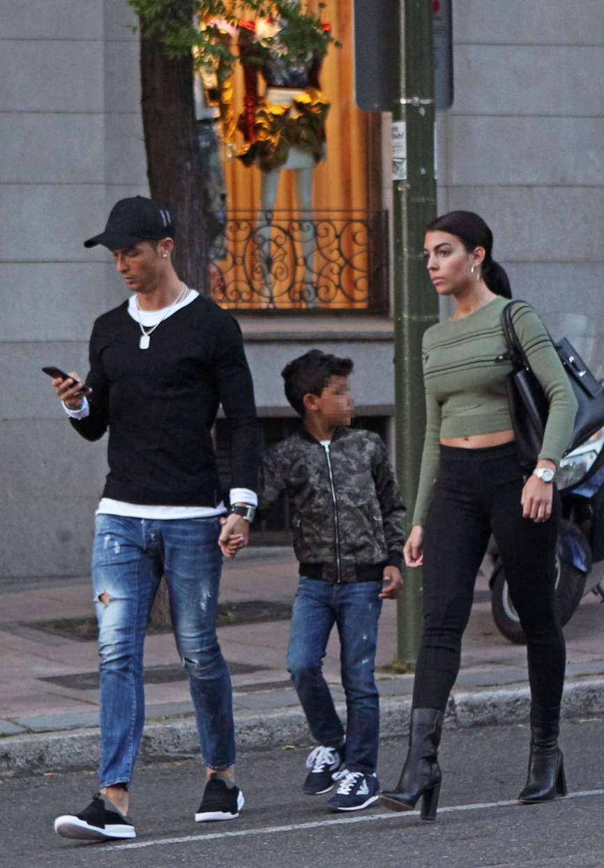 El jugador Cristiano Ronaldo (32) salió a celebrar con su hijo y su...