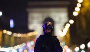 Miembros de la Policía francesa custodian la zona del tiroteo, en...