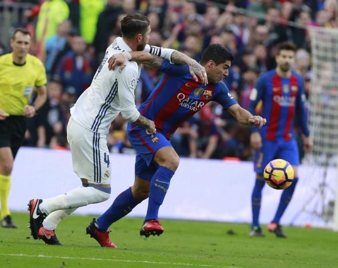 Luis Suárez intenta marcharse de Sergio Ramos, durante el clásico en el Camp Nou.