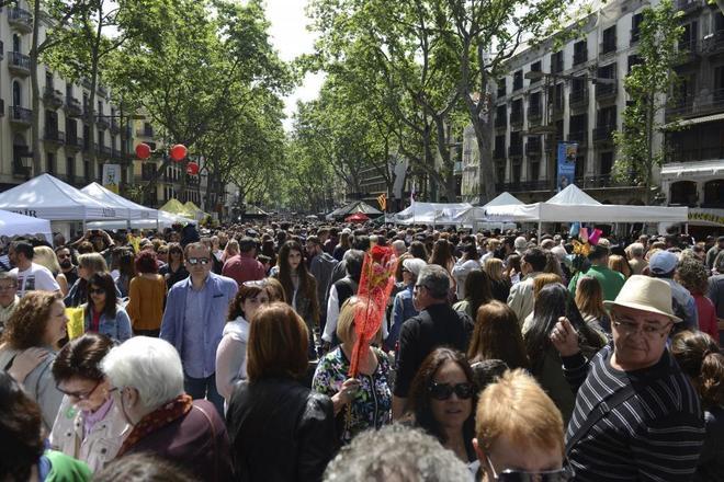 La Rambla, una de las vías más transitadas durante la festividad de Sant Jordi