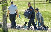 La policía francesa observa las armas encontradas en uno de los zulos...