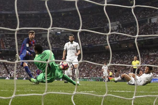 Keylor Navas detiene el disparo de Piqué que hubiera supuesto el 1-3 en el Bernabéu.