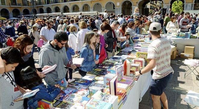 Mostradores con libros en la Plaza Mayor de Palma.