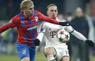 Frantisek Rajtoral, en su etapa en el FC Viktoria Plzen, disputa el balón a Ribéry.