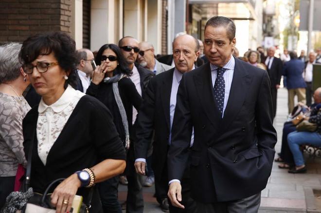 El ex ministro Eduardo Zaplana se dirige a la capilla ardiente de Carme Chacón, el pasado 10 de abril.