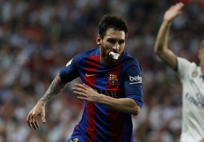 Leo Messi, con una gasa en la boca, tras recibir el codazo de Marcelo.