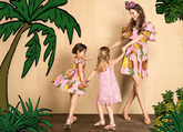 Con aire tropical, vestido de mujer de algodón (1.150 euros) y...