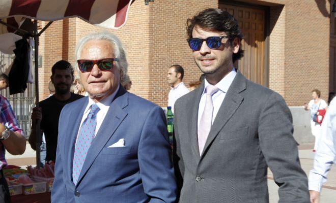 Miguel, junto a su padre.
