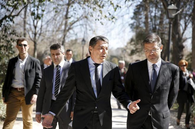 Ignacio González y Rafael Catalá, charlan tras el homenajea las...