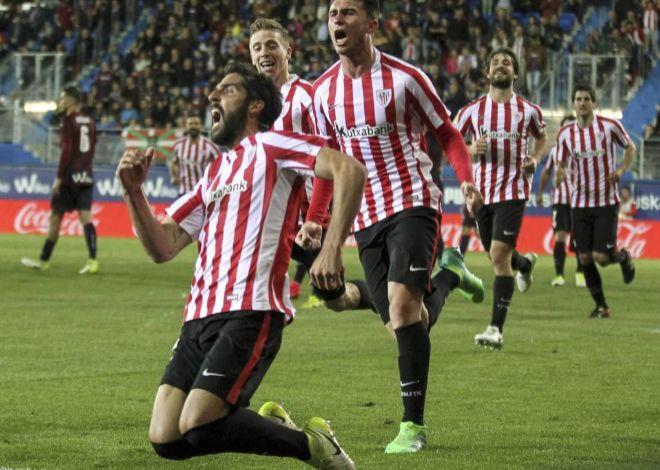 Raúl García festeja el gol de la victoria en Ipurua.