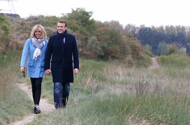 Brigitte y Emmanuel Macron durante un paseo la víspera de las...