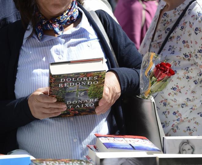 Una mujer, con un libro en el pasado día de Sant Jordi en Palma.