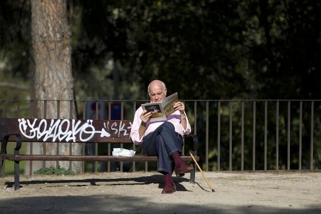 Un jubilado en el parque oeste de Madrid.