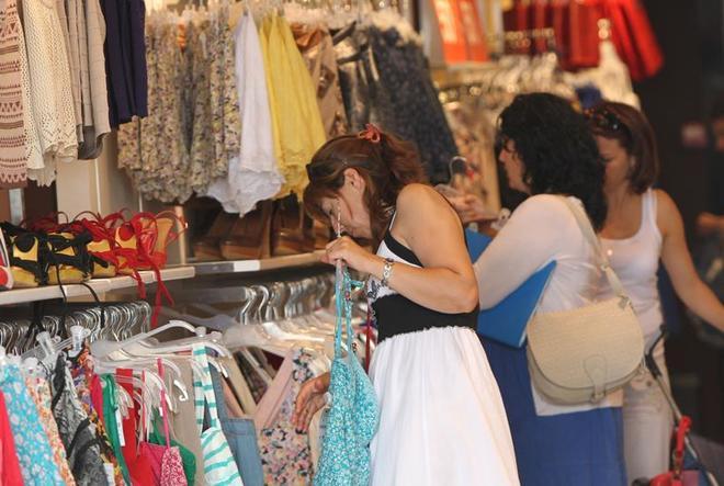 5d47e6b27bae La mitad de las españolas ya se compra ropa en el 'súper' | Economia ...