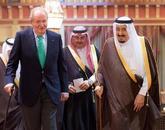 El Rey Juan Carlos, junto al monarca saudí Salma Bin Abdelaziz, hoy,...