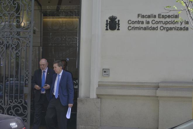 El fiscal general del Estado, José Manuel Maza (izda.), anteayer con...