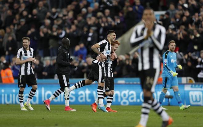 Los jugadores del Newcastle celebran su reciente ascenso a la Premier.