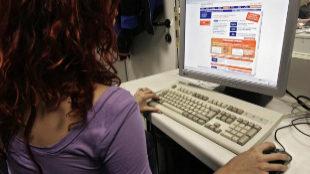 Una usuaria navega por la página web de un banco.