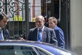 Manuel Moix (dcha.), el pasado lunes junto al fiscal general del...