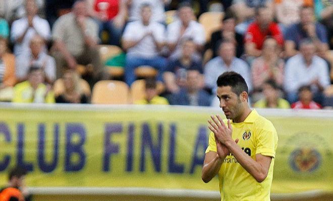 El capitán del Villarreal, Bruno Soriano, aplaude en un partido.