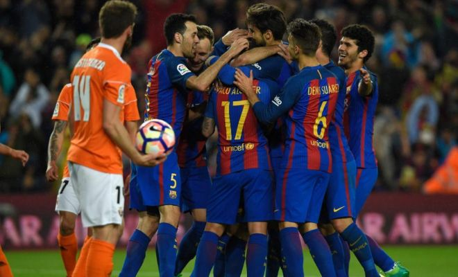 Mascherano festeja con sus compañeros su gol de penalti a Osasuna.