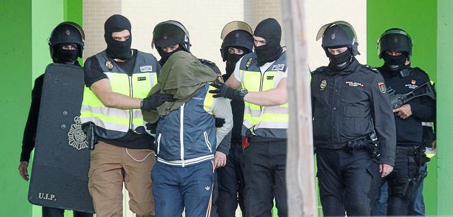 Efectivos de la Policía trasladan ayer al detenido en la operación...