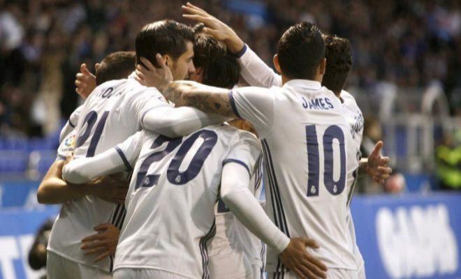 Los jugadores del Madrid se felicitan tras su tercer gol, en Riazor.