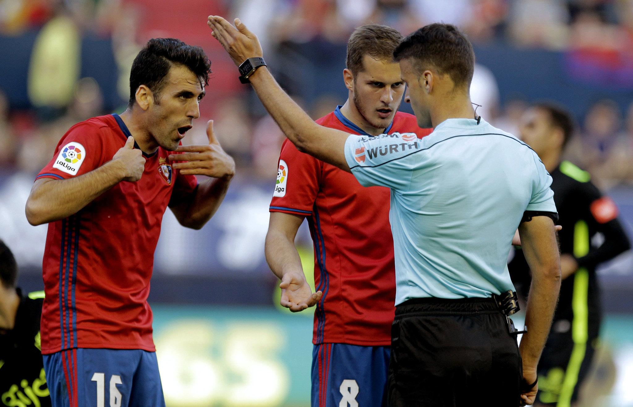 Fuentes y Causic, protestan una decisión arbitral durante el partido contra el Sporting.