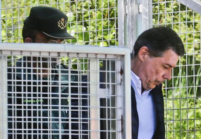 Ignacio González, trasladado por la Guardia Civil tras su detención.
