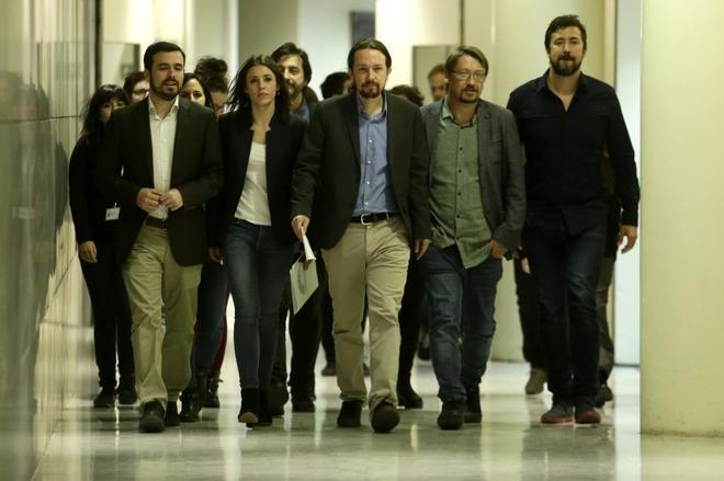 Pablo Iglesias y otros diputados de Unidos Podemos, esta mañana en el Congreso.