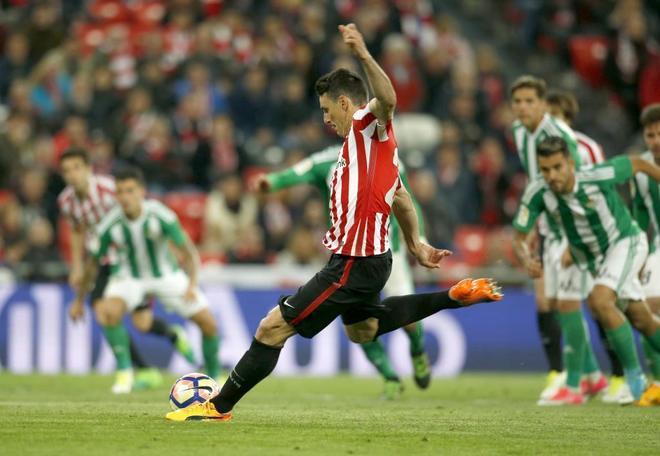 Aduriz golpea al balón en el penalti con el que se adelantó el Athletic.