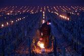 Un viticultor enciende un calentador en la región de Burdeos, donde...