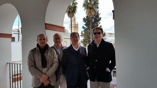 El ex secretario del PP madrileño con unos amigos y la Giralda al fondo