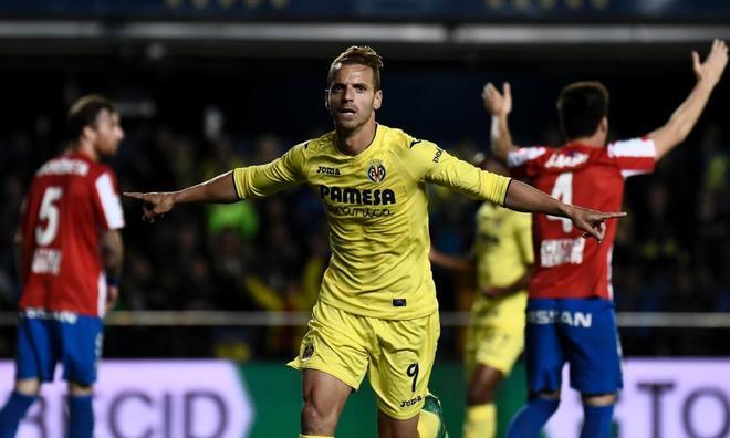 Soldado celebra su gol ante el Sporting, en el Estadio de la Cerámica.
