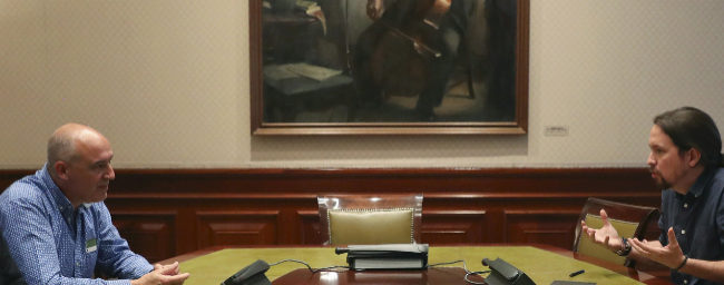 Pablo Iglesias, durante su reunión en el Congreso con el secretario...