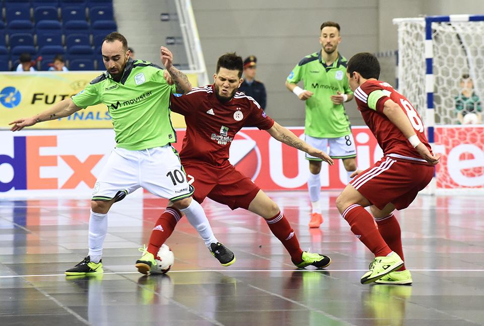 Ricardinho, disputa un balón con Igor, durante la semifinal en el Almaty Arena.