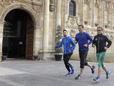 Pedro Sánchez, corriendo hoy en la plaza de San Marcos de León antes...
