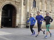 Pedro Sánchez, corriendo hoy en la plaza de San Marcos de León antes de participar en un acto de su campaña para las primarias.